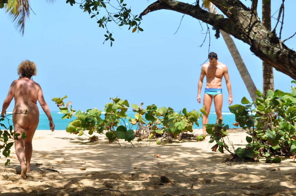 em praia deserta a roupa é desnecessaria, pelo menos para mim...